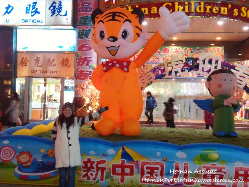 Zhufen una vez más divirtiéndose en la calle peatonal más importante de Beijing