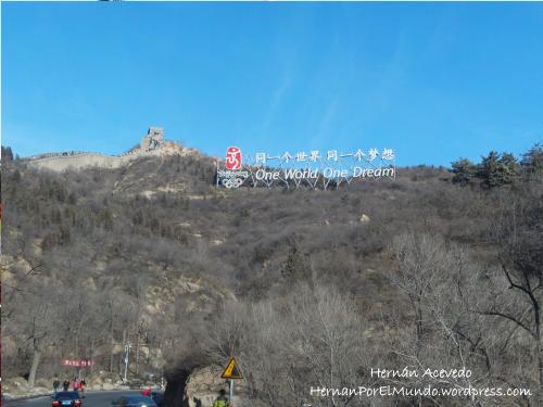 Foto tomada al costado de la muralla china con el cartel de los juegos olímpicos y la frase One world One Dream