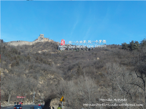 Foto tomada al costado de la muralla china con el cartel de los juegos olímpicos y la frase One world One Dream