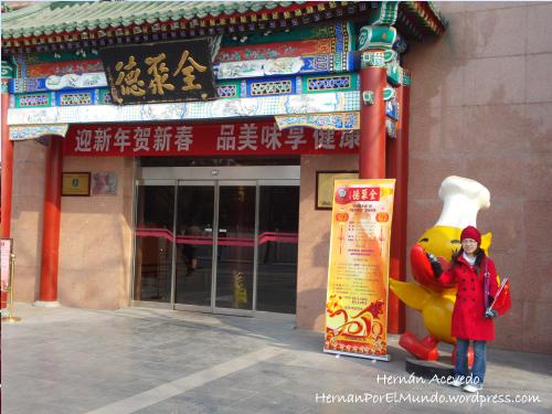 Zhufen en la entrada de un restaurante justo enfrente de la plaza Tian An Men cuya especialidad es el pato de Beijing. Cualquiera que pise esa ciudad definitivamente debe ir al restaurante. Che, debería trabajar de guía turístico yo jaja