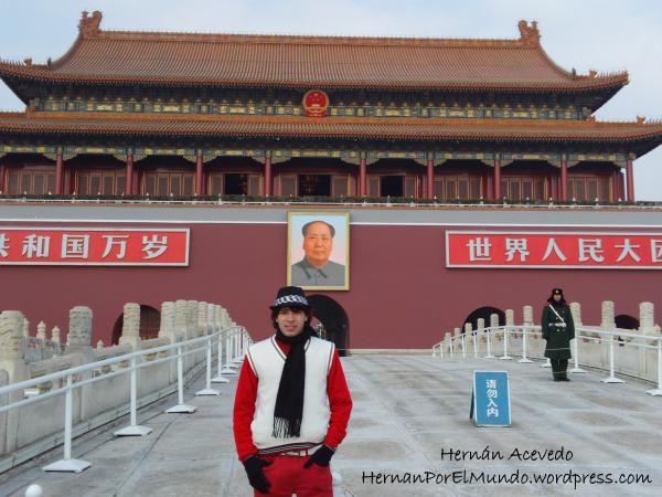 Yo también fui un turista y me saqué una foto con el cuadro de Mao