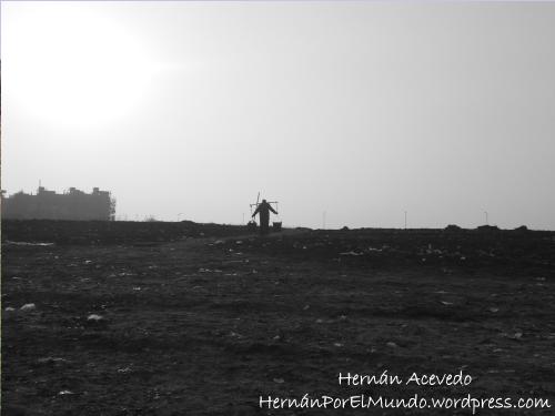 Una buena perspectiva de un granjero llevando agua en sus hombros. Cruzando la colina ya hay grandes avenidas y a la izquierda los grandes edificios ya comienzan a florecer
