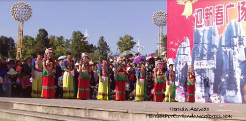 En las provincias del interior, las minorías étnicas aún visten sus atuendos tradicionales