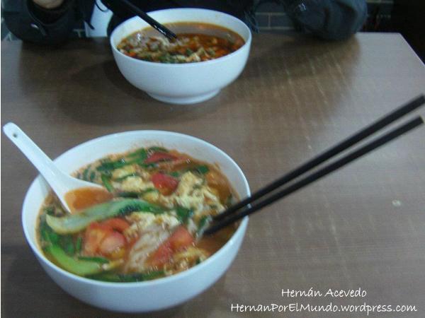 Una riquísima sopa de fideos, con tomate, huevo y unas verduritas
