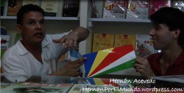 El ritual al final de la entrevista con cada extranjero consistía en hacer un intercambio de banderas. En este caso, él me daba la de Seychelles…