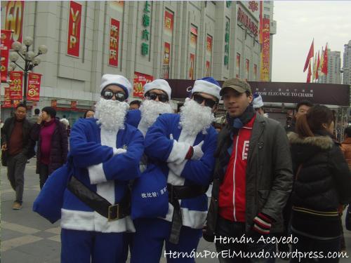 Al menos lo hacen con su propio estilo usando papanoeles azules. Esta foto fue sacada en las calles de Shanghái