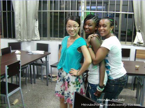 Zhufen con unas chicas de Zimbabue