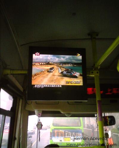 En China muchos colectivos tiene tele, ideal para esos viajes largos. Por supuesto, usted tendrá que hablar chino, de lo contrario, siga mirando por la ventana.