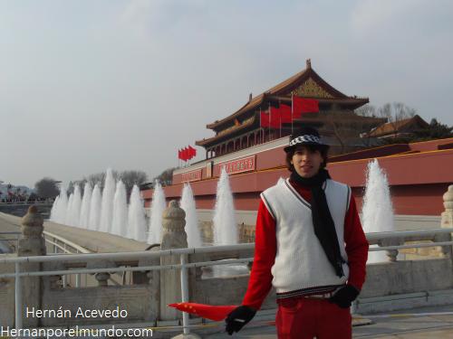 En la entrada de La Ciudad Perdida, en Beijing también daban banderitas. El flujo de turistas con cámaras ahí es constante, y las banderitas no se dan, se venden. Serán muy patriotas pero no son ningunos giles.