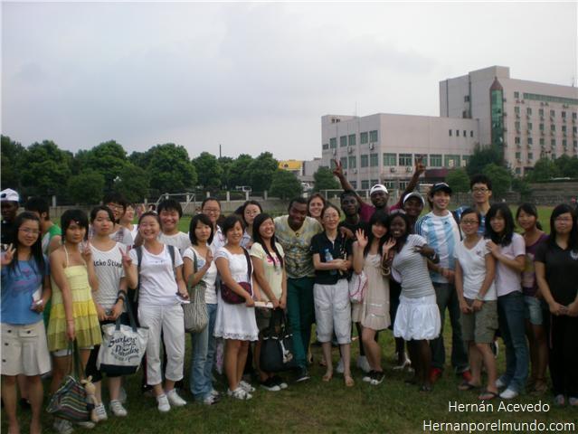 Unos alumnos (no míos) de una clase de español junto a varios estudiantes de Guinea Ecuatorial, yo y una estudiante española perdida por ahí atrás.