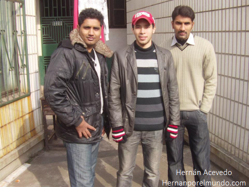 Junto a dos pakistaníes: Robin y George (quienes probablemente se llamaban Muhammad Afzal Zullah y Nasim Hasan Shah, o bueno, algo así)