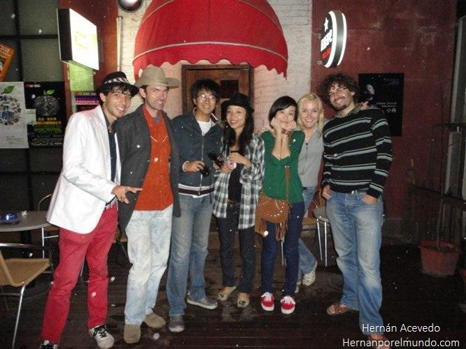 Nueve menos cuarto de la noche en  la entrada de un bar junto a unos polacos, un francés que se confundía y me hablaba a mí en chino y a los chinos en inglés, y varios chinos