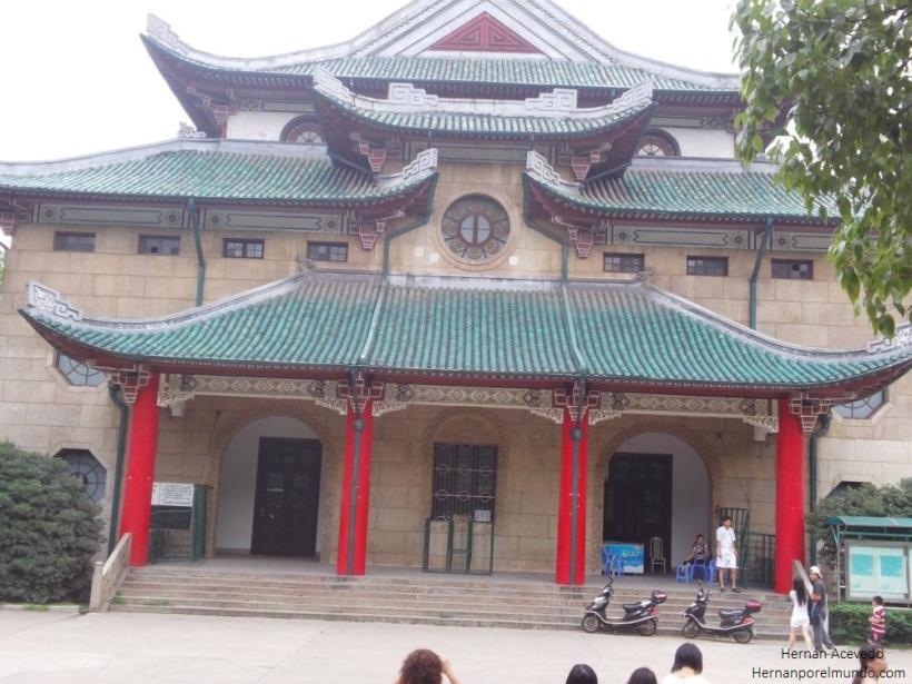 Uno de los edificios de la universidad por afuera