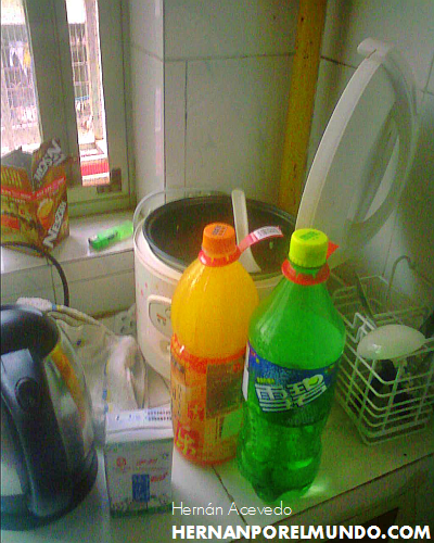 En China el café, como el que está al lado de la ventana, se toma bien frío, si es posible con mucho hielo, y cuando uno compra una Sprite, una Coca o alguna otra gaseosa en el supermercado esta viene atada con un jugo de frutas como señuelo. De a poco van entrando.